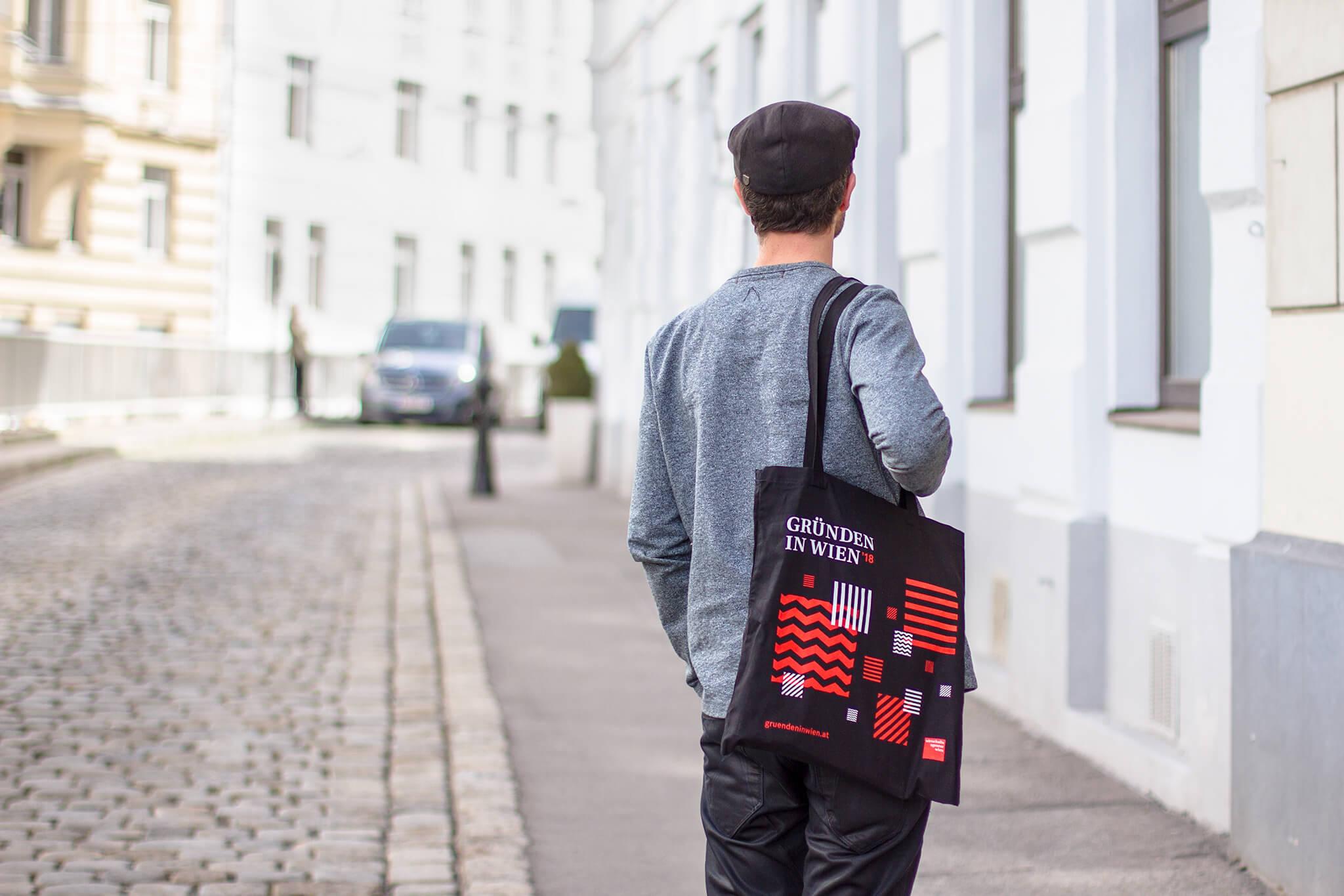 Junger Mann mit Gründen in Wien gebrandetem Tote Bag