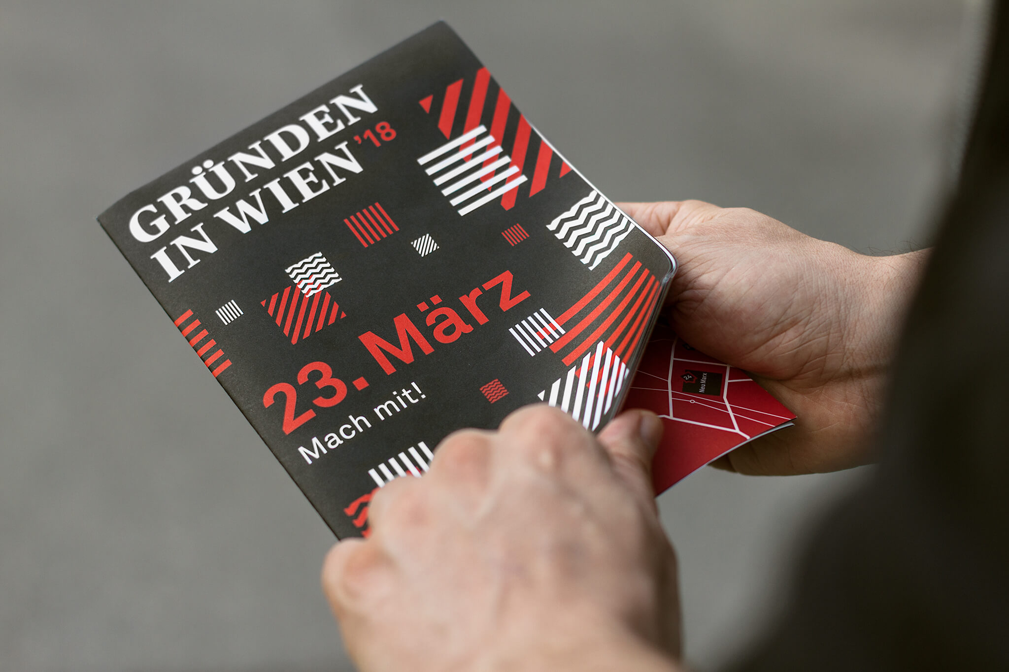 Gründen in Wien Folder mit schwarz-rot-weißem Pattern
