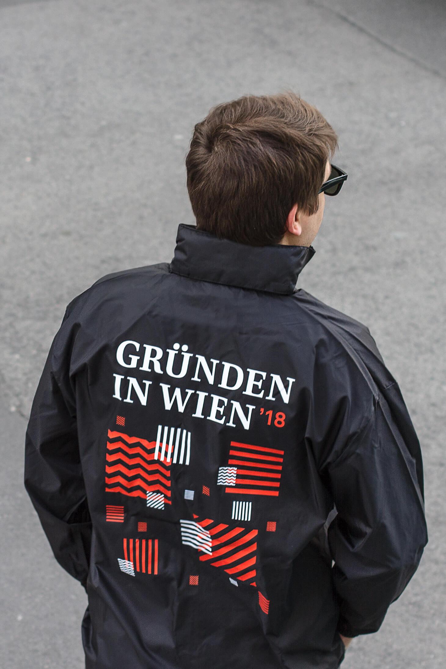 Windbreaker mit schwarz-rot-weißem Gründen in Wien Pattern