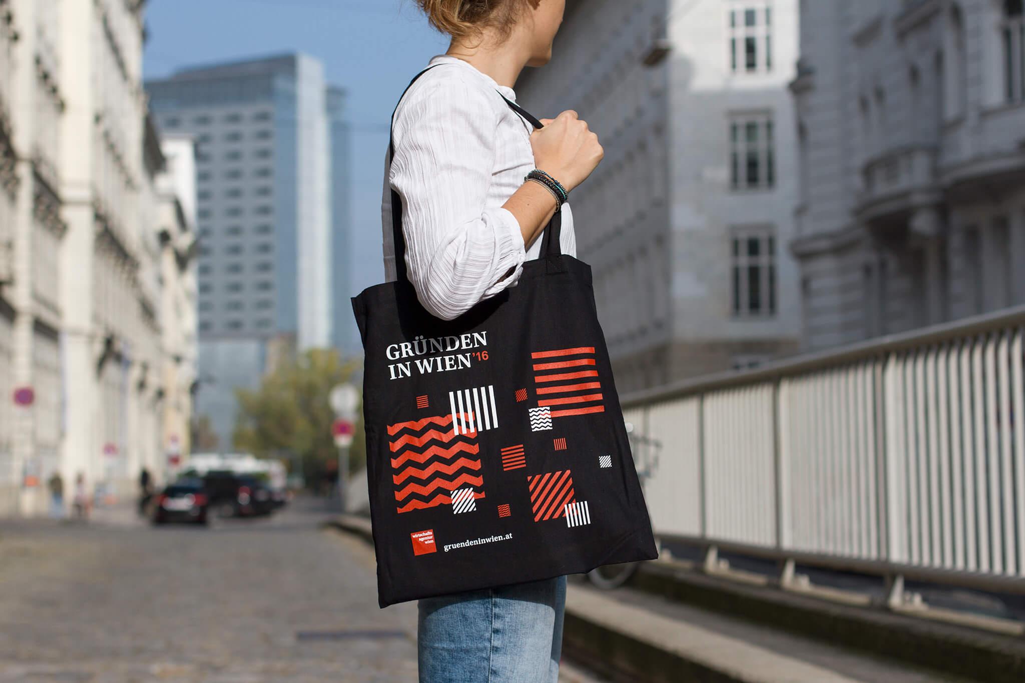Gründen in Wien Tote Bag mit schwarz-rot-weißem Pattern