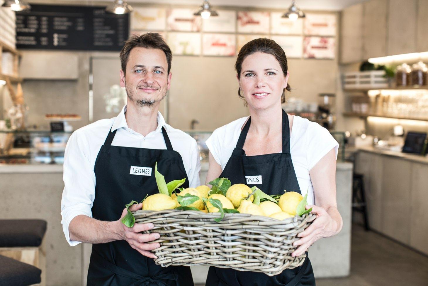 Giorgio und Lisa Leone mit einem Korb Zitronen im Leones Shop
