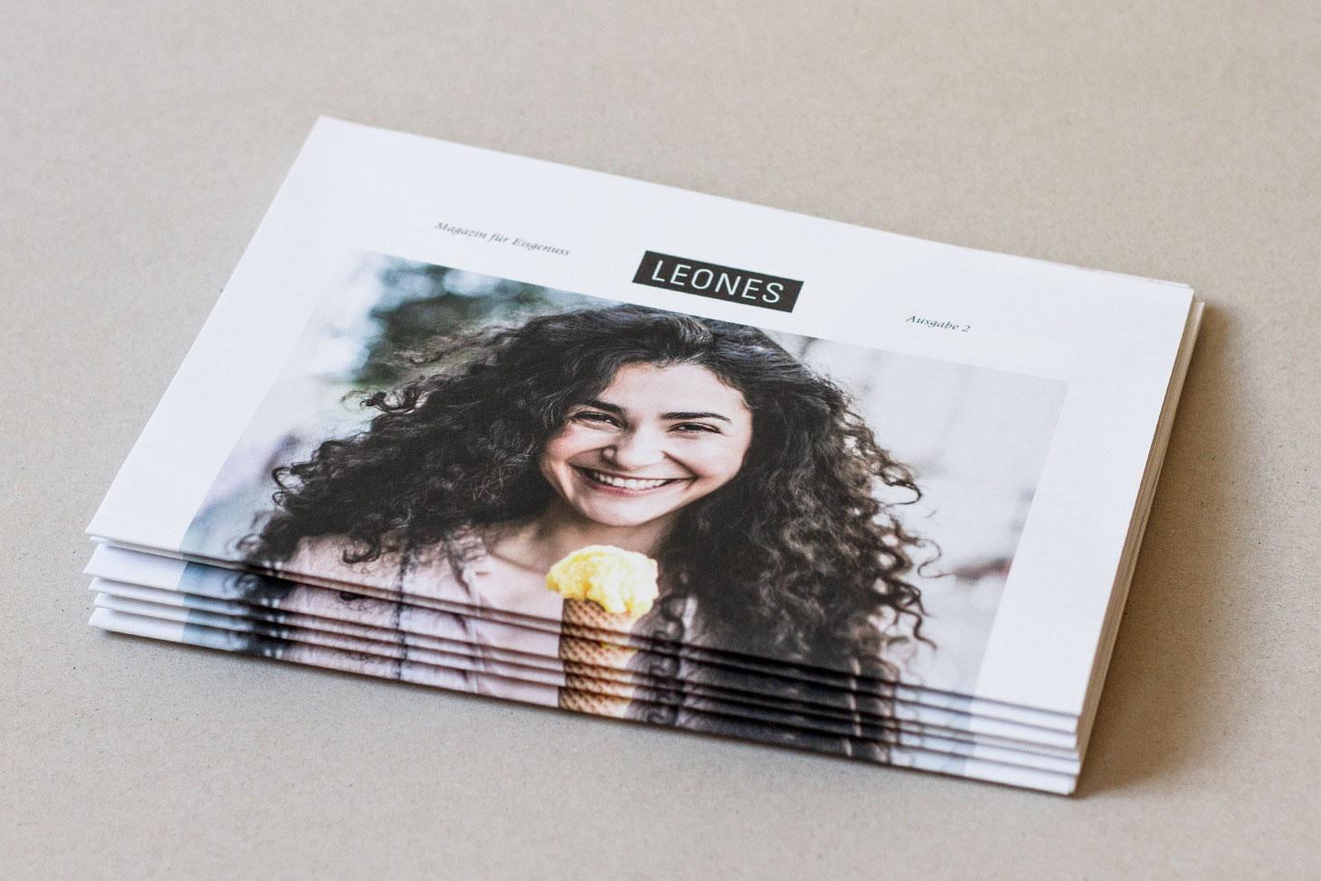 Leones Zeitung Cover mit junger, lächelnder Frau mit Eistüte
