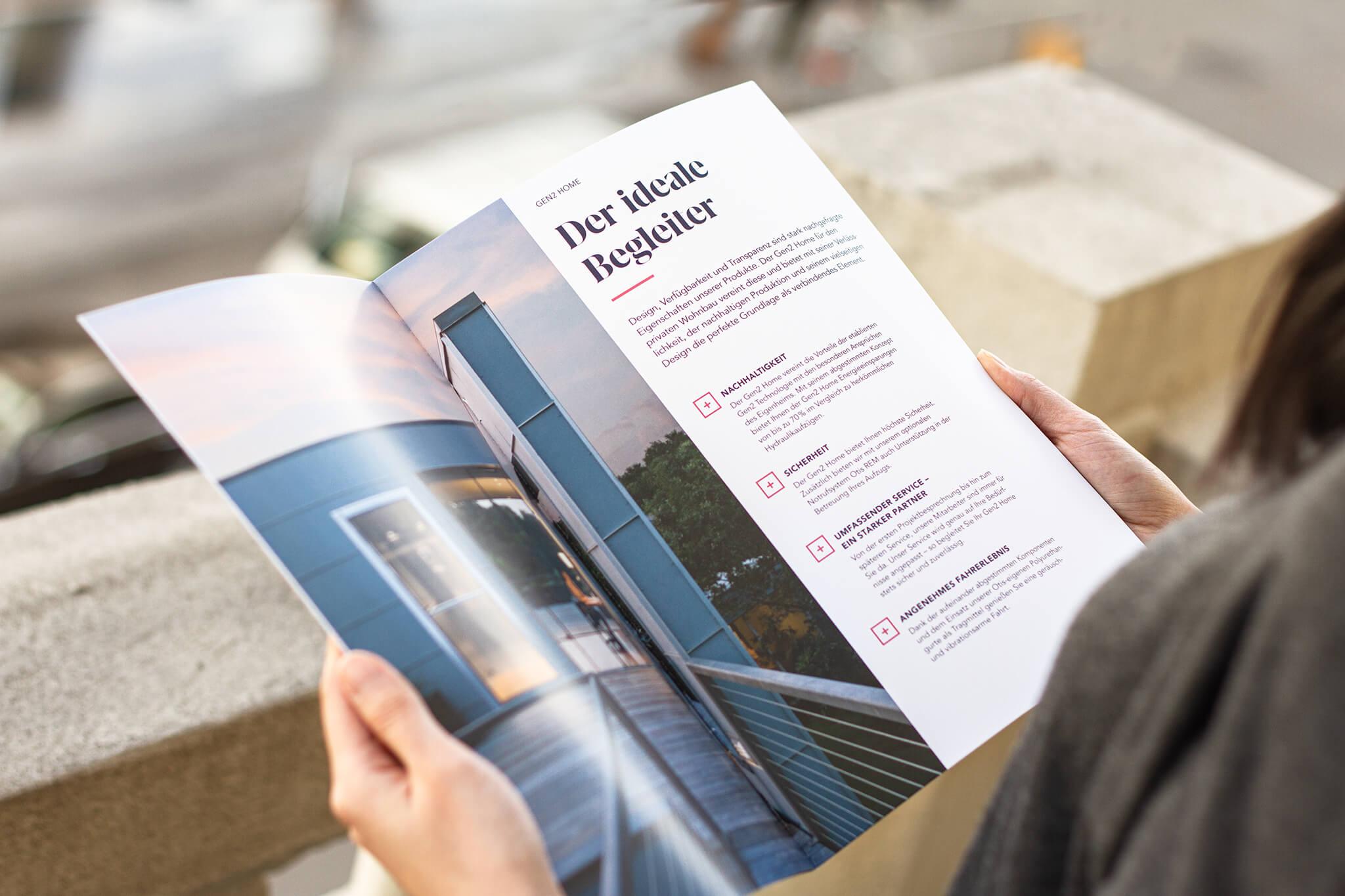 Otis Editorial Design Doppelseite mit großzügigem Bild und Bullets