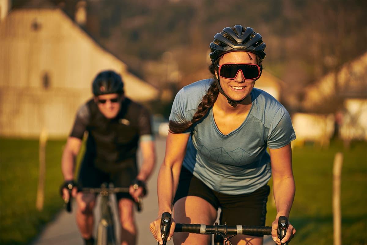 Radsportlerinnen unterwegs auf ihrem Gravelbike